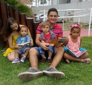 A aprovada da PM MA ao lado do marido e dos filhos