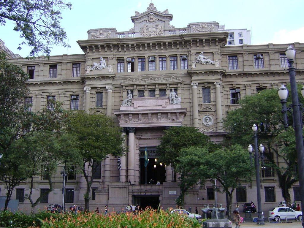 O TJ SP apresenta déficit de servidores no cargo Escrevente Técnico Judiciário.
